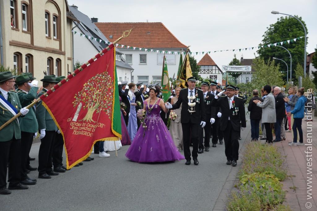 Sonntag - Abholen des Königspaares und Umzug durch die Stadt - Bild 03