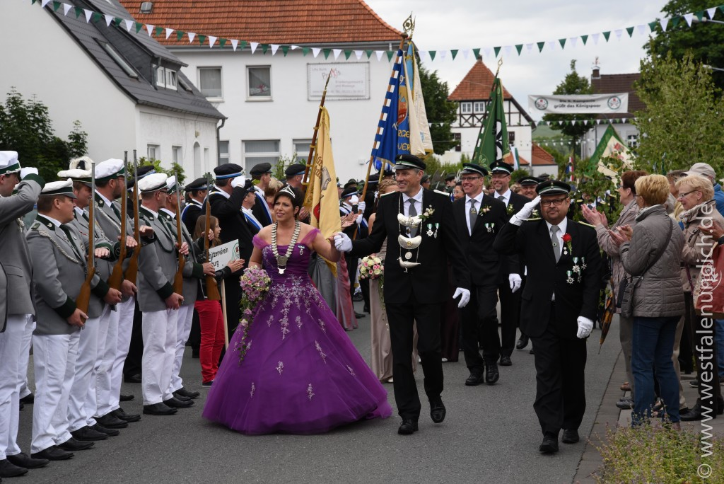 Samstag - Abholen des Königspaares und Umzug durch die Stadt - Bild 03