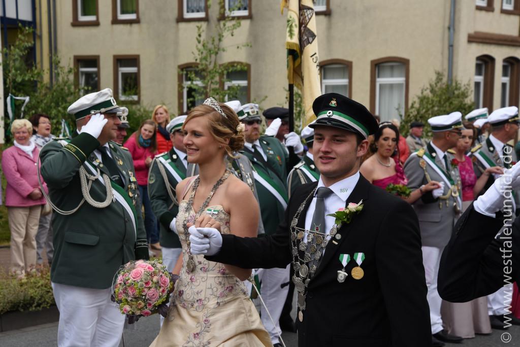 Samstag - Abholen des Königspaares und Umzug durch die Stadt - Bild 06