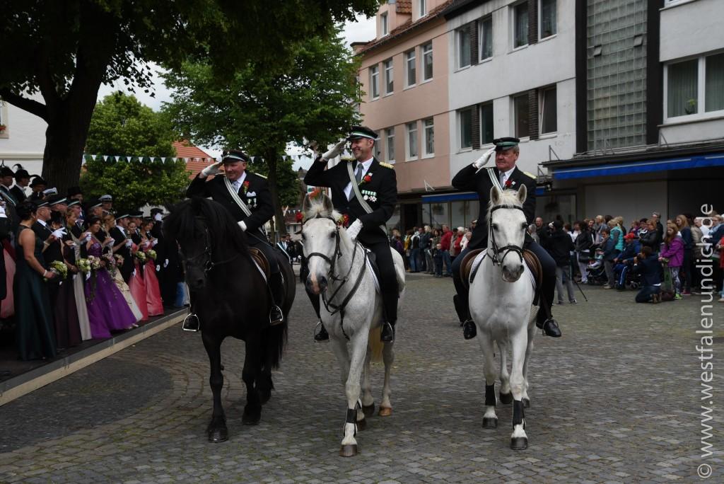 Samstag - Parademarsch auf dem Marktplatz - Bild 01