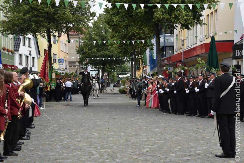 Sonntag - Aufstellen des Bataillons auf dem Marktplatz - Bild 02