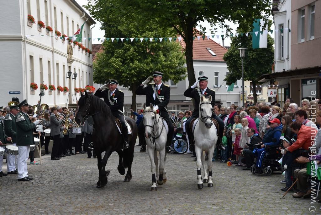 Sonntag - Parademarsch auf dem Marktplatz - Bild 01