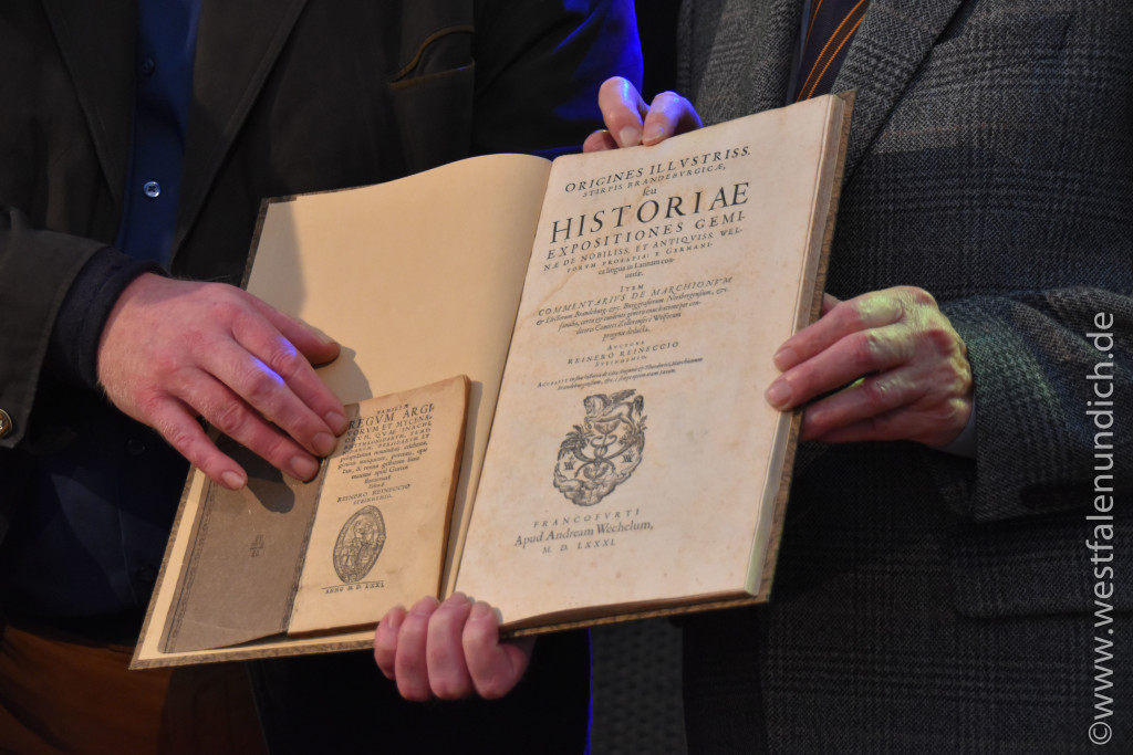 Verleihung der Reineccius-Medaille 2015 - Bild 04 Alter der Bücher: 1571(kleines Buch) 1581(großes Buch) Das große Buch ist eine Chronik des Fürstlichen Marktgrafen zu Brandenburg