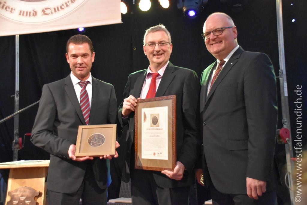 Verleihung der Reineccius-Medaille 2015 - Bild 02 - Von Links Herr Carsten Torke(Bürgermeister Steinheim), Herr Joseph Urhahne(Preisträger 2015), Herr Frank Golüke(Vereinigte Volksbank eG)